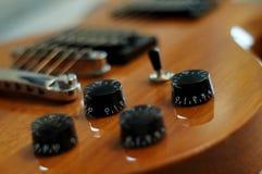 Gałeczki i guziki - zbliżenia Washburn idola WI-64 gitara elektryczna z melodia mostem strzał obraz royalty free