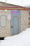 Ga aan de opslag Mechta, binnen die met sneeuw wordt behandeld Royalty-vrije Stock Afbeelding