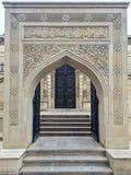 Ga aan moskee binnen Stock Foto