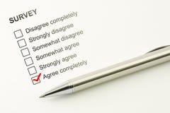 Ga akkoord het onderzoek terugkoppelt Overeenkomstenconcept Duidelijke checkbox met een pen op document achtergrond Stock Foto