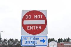 Ga de Straat geen Tekens in van de Brandweerkazerneingang Stock Foto