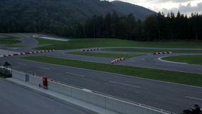 Ga -gaan-kart bestuurders concurreren voor eerste plaats stock footage