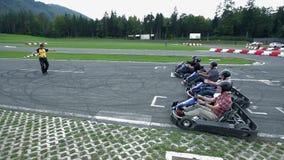 Ga -gaan-kart bestuurders op het punt staan enkel een race te beginnen stock videobeelden