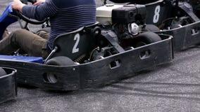 Ga -gaan-kart bestuurdersschot van het achterrecht bij het begin van de ronde stock footage