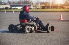 Ga -gaan-kart competities, ga -gaan-kart bestuurder drijft een kart, close-up, stormlopen aan de afwerking, winnaar stock foto