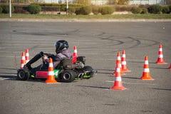 Ga -gaan-kart competities, ga -gaan-kart bestuurder drijft een kart, close-up, stormlopen aan de afwerking, winnaar, kampioenscha stock afbeelding