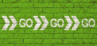 Ga gaan gaan witte van de woordtekst en richting pijlen op de groene achtergrond van de steenbakstenen muur als motievenbericht stock illustratie