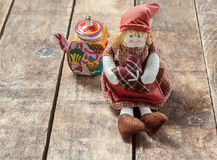 Gałganiane lale i herbata na drewnianym stole Obrazy Royalty Free