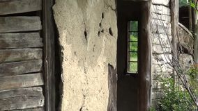 Ga het binnenland van het oude verlaten huis in stock footage