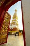 Ga in het heilige gebied van Boeddhisme binnen Stock Foto