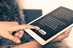 Ga met informatie over tablet akkoord, uitstekende stijl stock foto
