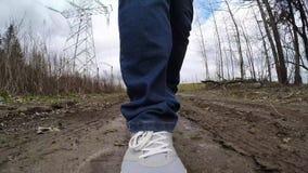 Ga op een modderige weg Benen in de modder stock videobeelden
