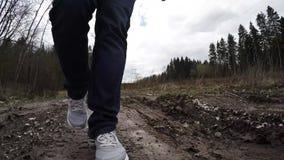 Ga op een modderige weg Benen in de modder stock video
