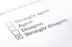 Ga vakje in opinieonderzoek, onderzoek en vragenlijst wordt gecontroleerd die niet akkoord stock foto's