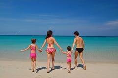 Ga zwemmend! Het strandvakantie van de familie Stock Foto's