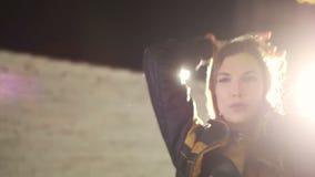Gaan-ga meisje het dansen in leerondergoed door witte schijnwerper wordt verlicht die stock video