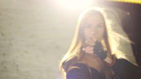 Gaan-ga meisje het dansen in leerondergoed door witte schijnwerper wordt verlicht die stock footage