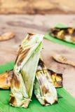 Gaan het snoepjes Thaise dessert, de Zwarte Kleverige Rijst met Kokosmelk en babana, Geroosterde gevulde Glutineuze die rijst in  Stock Foto