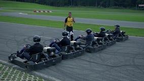 Gaan-karraceauto's bij de beginnende steeg stock footage