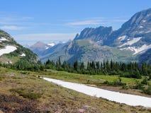 Gaand naar de Zonweg, Mening van Landschap, sneeuwgebieden in Gletsjer Nationaal Park rond Logan Pass, Verborgen Meer, Highline-S stock foto