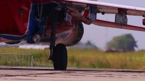 Gaande motorenvechter op airshow stock footage