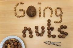 ` Gaande noten ` met pinda's, okkernoten, kokosnoot, nootcracker en plaat royalty-vrije stock foto's