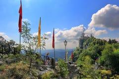Gaande toeristen dichtbij Cesta-Toren in San Marino, Italië stock foto