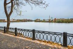 Gaat vorige herfst op de Volga dijk in Tver weg Stock Foto's