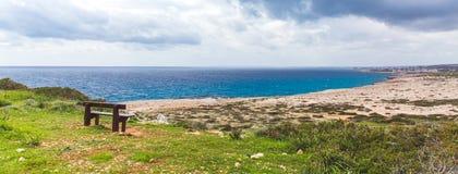 Gabarits sur le bord de la mer Belle vallée par la mer Paysage marin en Chypre Ayia Napa images libres de droits
