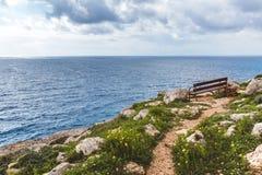 Gabarits sur le bord de la mer Belle vallée par la mer Paysage marin en Chypre Ayia Napa photographie stock