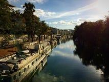 Gabarra al lado de un río en París Fotos de archivo libres de regalías
