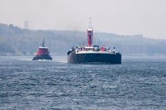 Gabarra de doble casco y tirón del aceite que pasan a través del canal de Cape Cod Foto de archivo