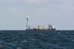 Gabarra de endecha del cable en el parque eólico costero Imagen de archivo