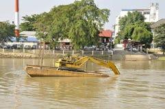 Gabarra de la construcción en Ping River Foto de archivo libre de regalías