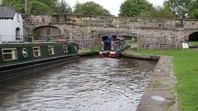 Gabarra de la navegación debajo del canal del puente por el acueducto Llangollen País de Gales Reino Unido de Pontcysyllte almacen de metraje de vídeo