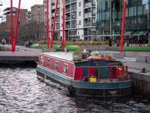 Gabarra del canal/barco de casa coloridos en el muelle de Grand Canal, Dublín, Irlanda imagenes de archivo