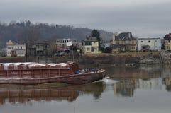 Gabarra del carbón que va abajo del río Ohio Imagen de archivo libre de regalías