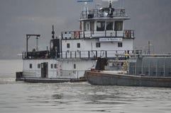 Gabarra del carbón que va abajo del río Ohio Imágenes de archivo libres de regalías