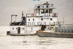 Gabarra del carbón que va abajo del río Ohio debajo de un puente Fotos de archivo