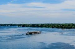 Gabarra del petrolero del producto derivado del petróleo en el río Dnieper fotos de archivo libres de regalías