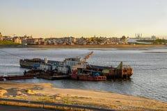 Gabarra del río contra Kazán en puesta del sol Fotos de archivo
