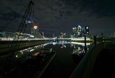 Gabarra del río delante de un horizonte Imagenes de archivo