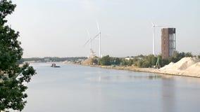 Gabarra en el canal con las turbinas de viento almacen de metraje de vídeo