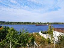 Gabarra vieja en el río La gabarra flota en el río de Dnieper Barge con el cargo que flota en el río en un día de verano fotografía de archivo