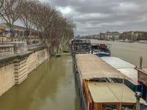 Gabarras en el río Sena inundado, París, Francia fotos de archivo libres de regalías