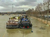 Gabarras en el río Sena inundado, París, Francia imágenes de archivo libres de regalías