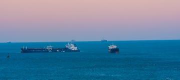 Gabarras grandes del océano que viajan hacia fuera al océano Imagen de archivo libre de regalías
