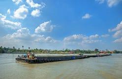 Gabarras tradicionales en el río Chao Phraya Imagenes de archivo