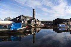 Gabarras y edificios del canal en el empalme de Norbury en Shropshire, Reino Unido Foto de archivo