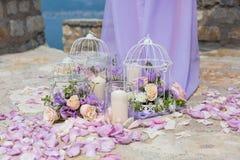 Gabbia bianca con le rose naturali come decorazione fotografie stock libere da diritti